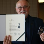 Przewodniczący Związku z certyfikatem i pamiątką okolicznościową w postaci monety